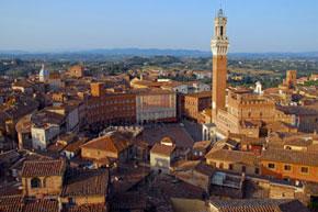Blick auf die Altstadt und den Piazza del Campo in Siena